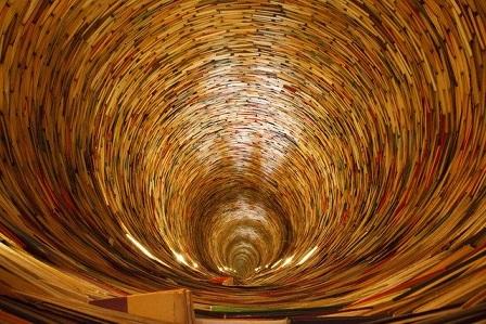 Wkrocz do escape roomu dla ucznia. Poczuj się jakbyś wskoczył do spirali czasu zbudowanej z samych książek. Poczuj przypływ wiedzy.